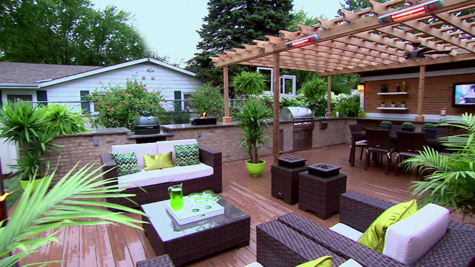 A Chicago couple's deck is transformed into a luxurious outdoor kitchen.
